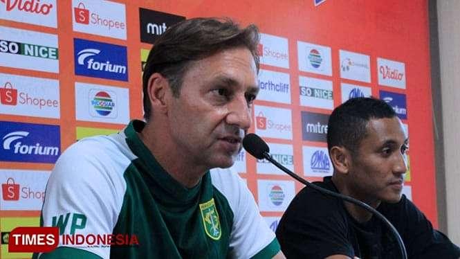 Pelatih Persebaya, Wolfgang Pikal (kiri) memberikan komentar dalam sesi konferensi pers jelang laga kontra Persela, Selasa (22/10/2019). (FOTO: MFA Rohmatillah/ TIMES Indonesia)