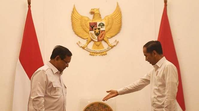 Presiden Joko Widodo (kanan) menyambut kunjungan Ketua Umum Partai Gerindra Prabowo Subianto (kiri) di Istana Merdeka, Jakarta, Jumat (11/10). - ANTARA FOTO/Akbar Nugroho Gumay