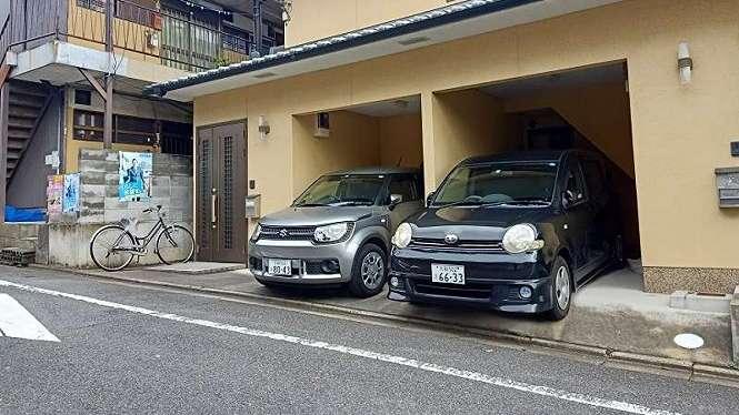 Rumah warga di Jepang biasanya memiliki garasi untuk mobil mungil
