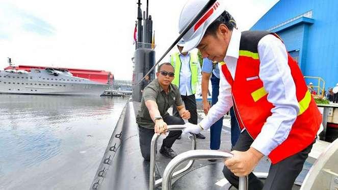 Presiden Jokow saat memasuki kapal selam KRI Alugoro-405.