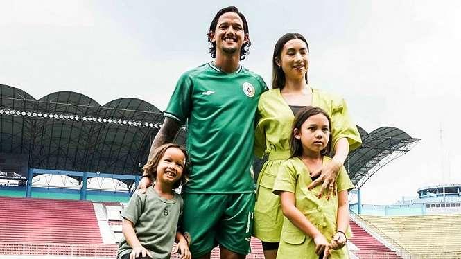 Irfan Bachdim bersama keluarga saat resmi diperkenalkan PSS Sleman