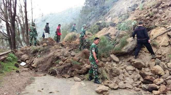 Prajurit TNI dari Kodim 0819/Pasuruan di lokasi longsor.