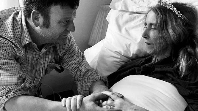 Upacara pernikahan Emma Drew dan Daniel Smith diadakan saat Emma terbaring sakit di ranjangnya pada Hari Valentine. - Family handout
