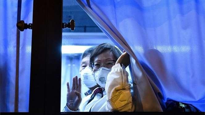 Warga negara Amerika yang dievakuasi dari kapal Diamond Princess di Jepang menuju Bandara Hameda, Minggu (16/02). - AFP