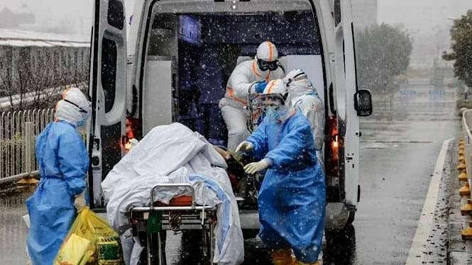 Petugas Palang Merah Dunia menangani korban Virus Corona COVID-19.