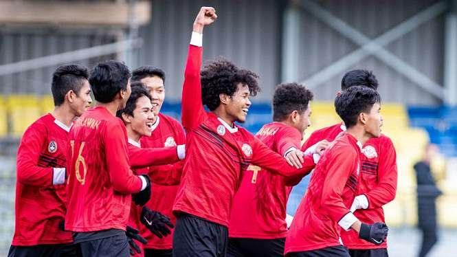 Para pemain Garuda Select merayakan gol