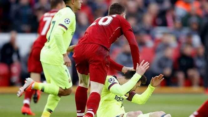 Bintang Liverpool, Andy Robertson toyor kepala bintang Barcelona, Messi.