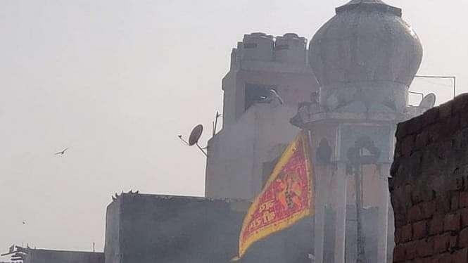 Bendera Hanuman di masjid