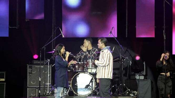 Rizky Febian tampil bersama Yulita di panggung BNI JJF 2020.