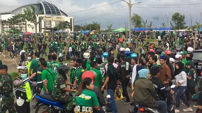 Suporter Persebaya Surabaya di sekitaran Stadion Gelora Bung Tomo