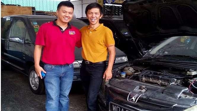Thomas Gunawan ahli ECU Peugeot (kanan) saat di bengkel Malaysia.