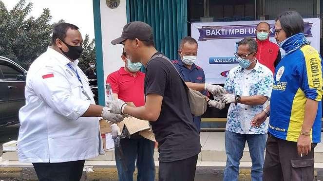 Cegah Corona menyebar, serikat buruh bagi-bagi hand sanitizer.