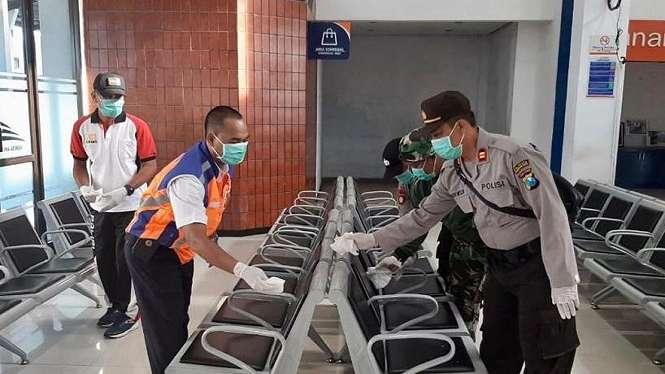 Peugas kereta api saat melakukan pembersihan stasiun untuk mencegah corona 19