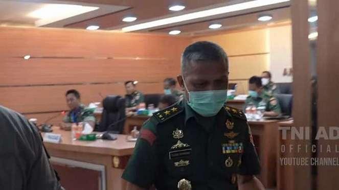VIVA Militer: Jenderal Andika Perkasa saat suruh Mayjen Tugas beresi tugasnya.