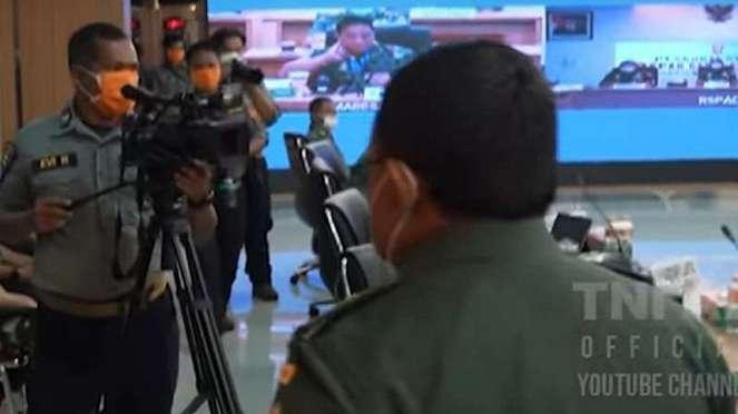 VIVA Militer: Mayjen Jani keluar ruang rapat.