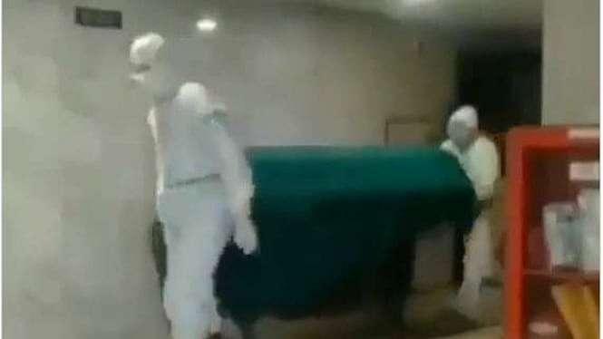 Jenazah dr Ketty Herawati Sultana saat dibawa keluar RS Medistra, Jakarta.