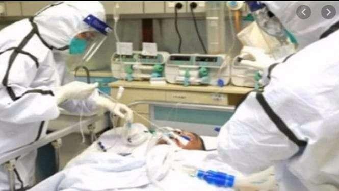 Petugas medis sedang menangani pasien COVID-19 (Foto/VIVA.co.id)