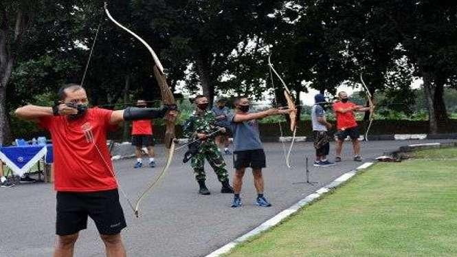 VIVA MILITER: TNI AL Ngabuburit Sambil Latihan Memanah