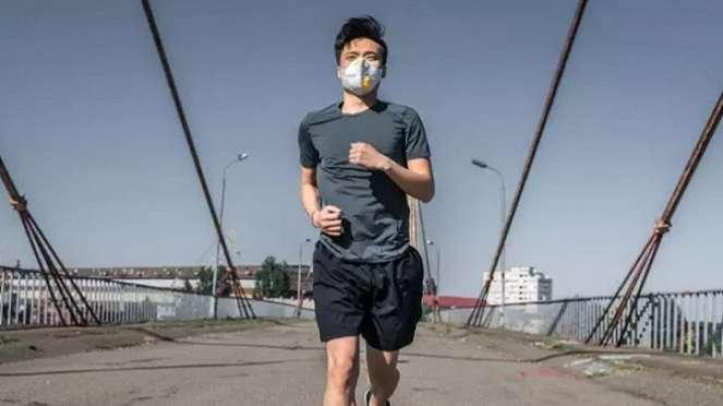 Jogging pakai masker.