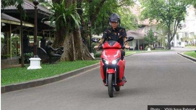 Presiden Joko Widodo mencoba motor listrik Gesit.