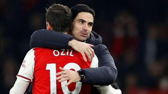 Manajer Arsenal Mikel Arteta, dan Mesut Oezil.