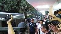 1 Terduga Teroris Jatiluhur Tiba di RS Polri, Dibawa dengan Kursi Roda