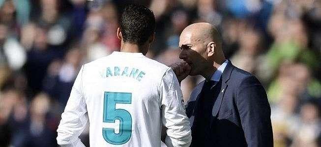 Raphael Varane Tegaskan Tetap Bertahan di Real Madrid