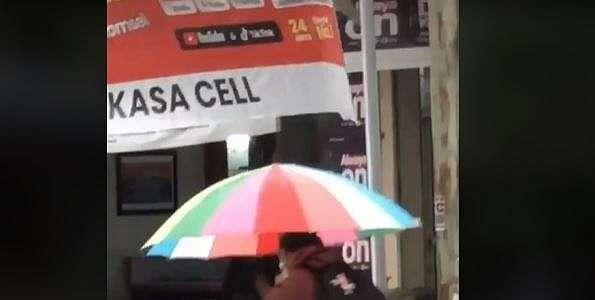 Viral Warganet Pergoki Pria Gendong Pasangan di Tengah Hujan, Publik Iri Berjamaah