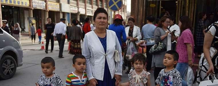 China Paksa Perempuan Uighur Pasang Alat Kontrasepsi