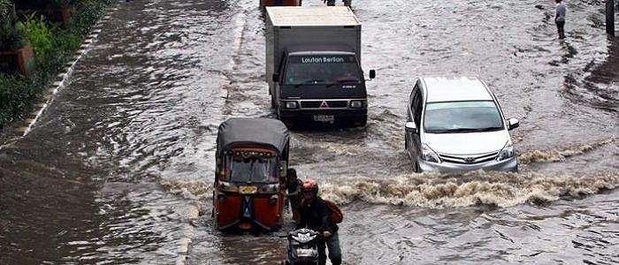 Batas Berkendara Saat Banjir, Amankah Kalau Ketinggian Air Sudah Setengah Ban?