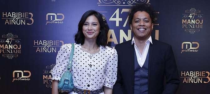 Tampil di Hadapan Awak Media, Indah Permatasari - Arie Kriting Tebar Senyum Bahagia.