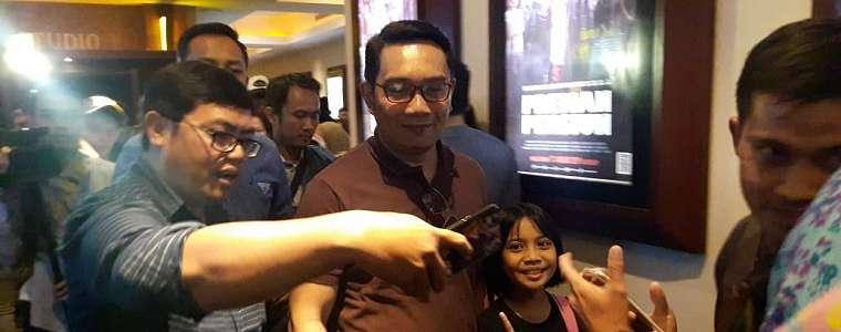 Keseruan Ridwan Kamil Menonton Film 'PREMAN PENSIUN' bersama Istri di Bandung.