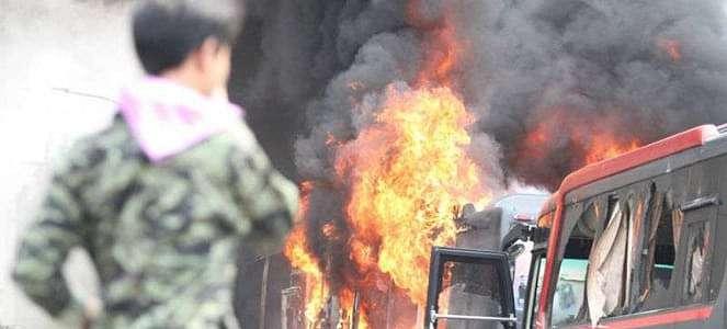 Terkepung, Dua Bus Polisi Dibakar Massa di Slipi