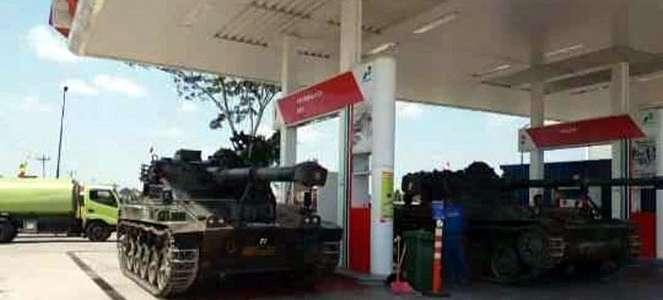 Tank TNI Isi Bensin di SPBU, dan Aksi Ojol Seret Honda BeAT