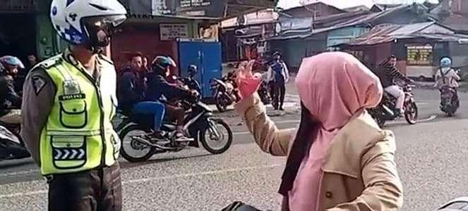 Emak-emak Pemotor Bikin Kaget, dan Vespa Tua Jadi Incaran Bengkel